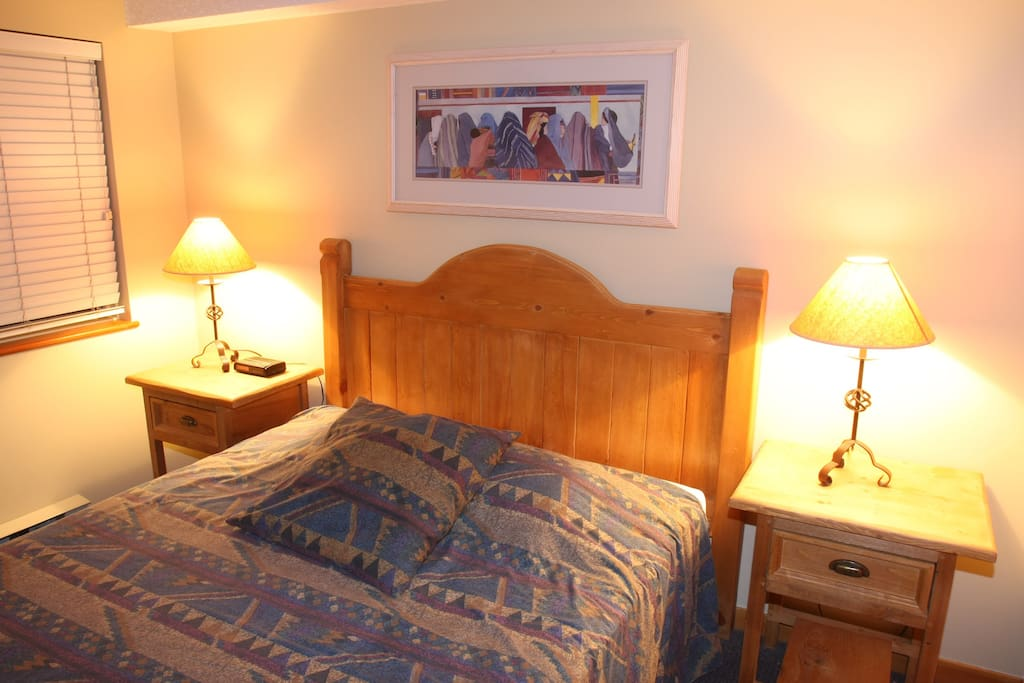 After a night out in Whistler Village, come back home and relax in your queen bed.