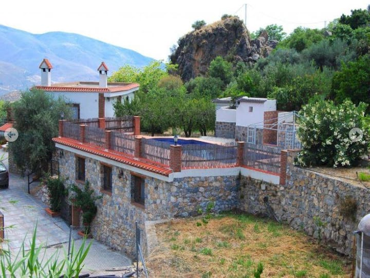 Stunning villa & pool,walk to town, mountain views