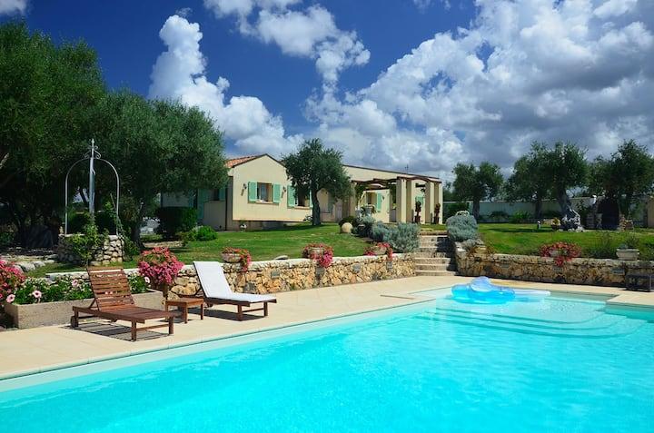 Bezaubernde Villa Bussu mit Pool, Klimaanlage, WLAN, Balkon, Terrassen; Parkplätze vorhanden, Haustiere erlaubt