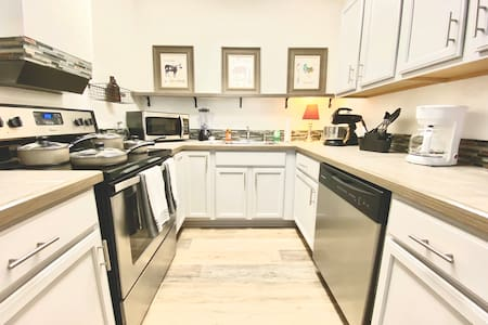 *NEW* Northwoods/Uptown Renovated 2 Bedroom House