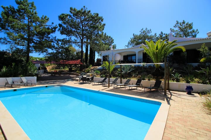 Villa Rosa, Luxury, Tranquil area, 5 Bedrooms, Air-con, BBQ & Large Pool