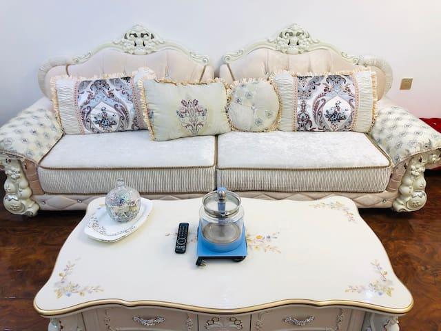 精装修小户型,全套全新家具家居,舒适度高,厨房卫浴洗衣一应俱全