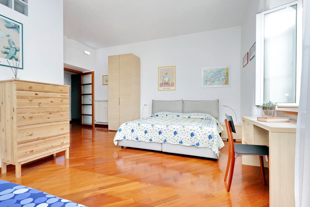 1° bedroom with 1 double bed, 1 single bed and private bathroom