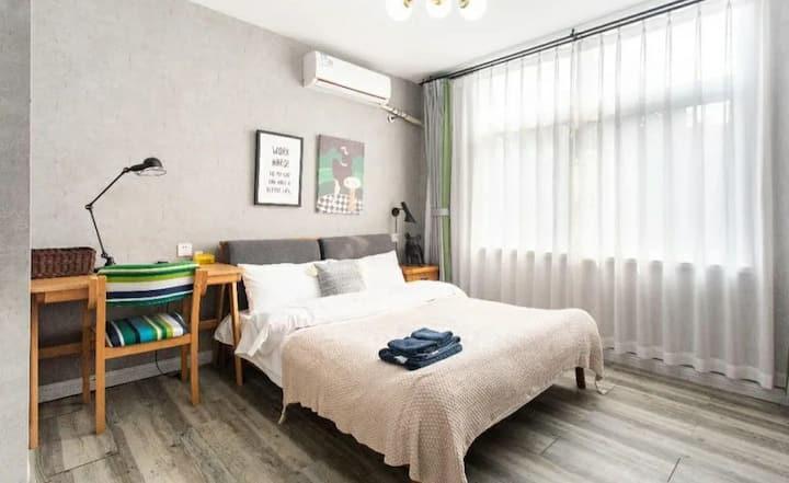 黄鹤楼下面民宿,特色温馨一居室双人独卫,离户部巷10米,离黄鹤楼100米,离长江大桥120米