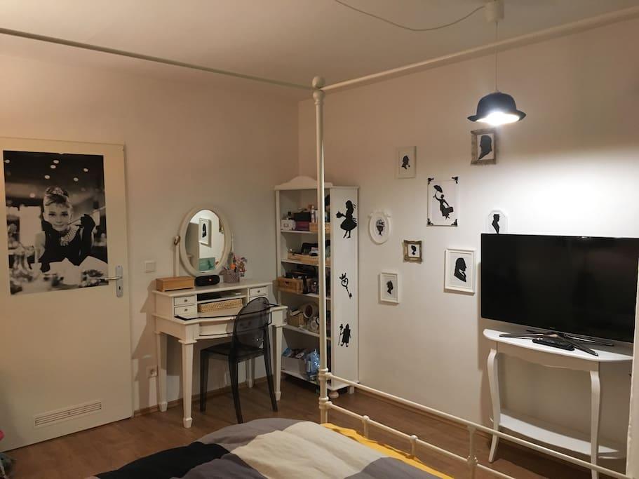 Gemütliches Schlafzimmer mit Himmelbett (1,60m)