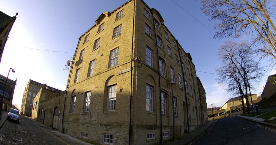 Top floor apartment, 19th century mill, parking - Halifax - Apartamento