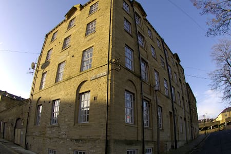 Top floor apartment, 19th century wool mill - Halifax - アパート