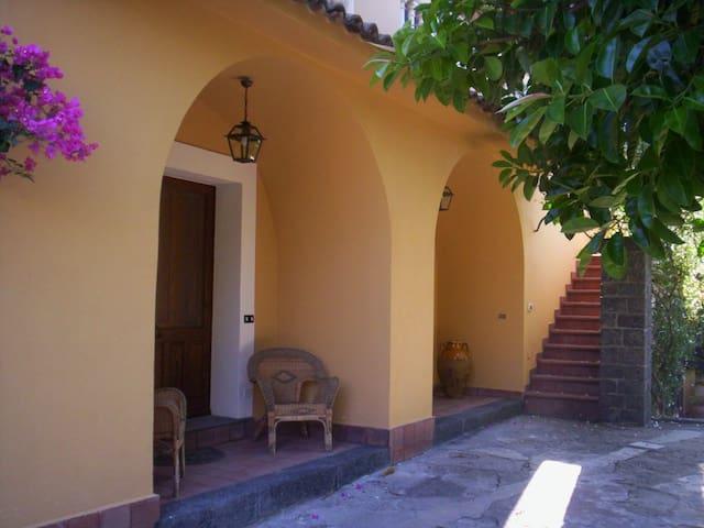 casa rurale immersa nel verde