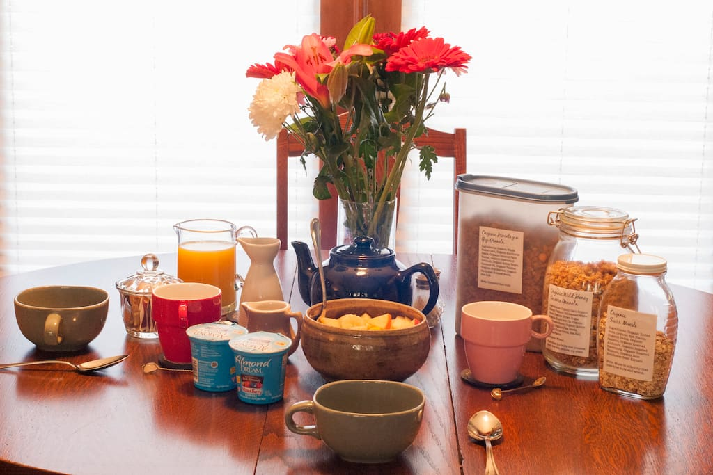 Overview (2/5): Wake up to a nice organic continental breakfast consisting of granola, muesli, fruit, non-dairy yogurt, tea, orange juice, and non-dairy milk