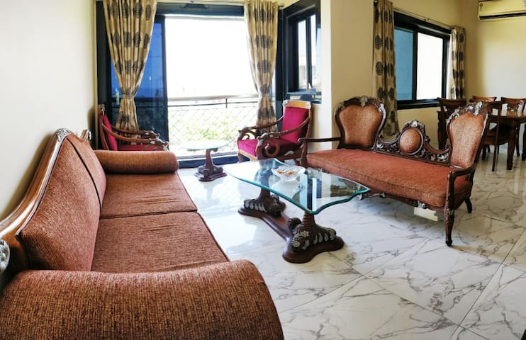 Bright Airy 2 bed/bath in the heart of Bandra W.