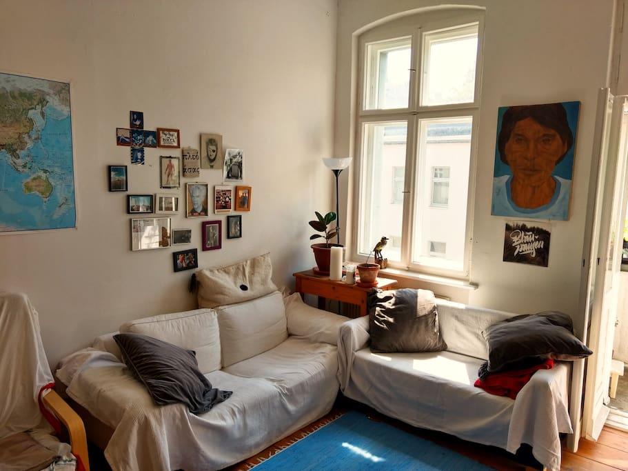 Die Couch-Ecke ist perfekt zum Entspannen, Rumhängen oder Filme gucken: Ihr könnt den großen Bidlschirm an euren Laptop anschließen! Bücher gibt es ebenfalls genug ;-)