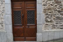L'entrée avec sa porte ancienne à doubles battants