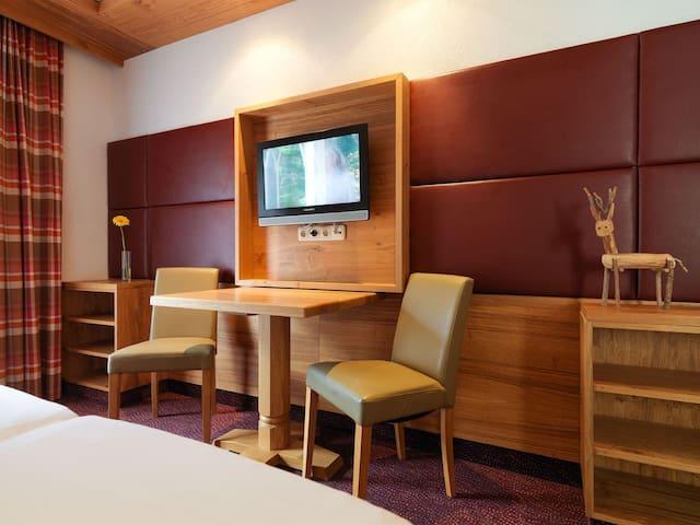Classic Zimmer 2 incl.Frühstück u. Saunalandschaft - Landeck - Mobilyalı daire