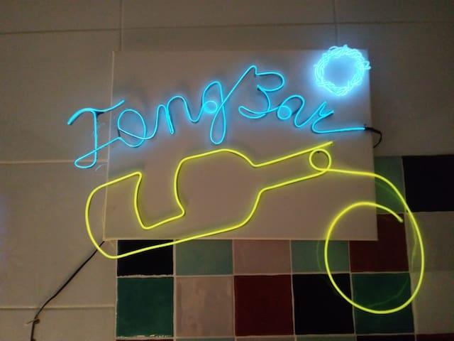 Tong's Bar
