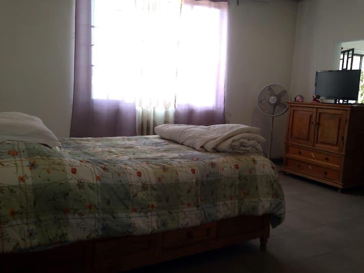 habitacion amplia con baño  y estancia , con vista