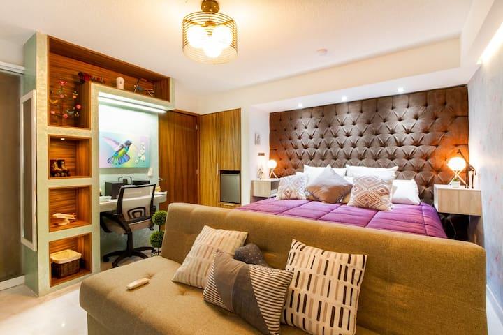 Junior Suite Terraza. Una exquisita y confortable habitación con todos los lujos, comodidades y privacidad. Terraza, tv, sonido, frigobar, cafetera y mas, harán de tu estancia una experiencia inolvidable. Baño completo. Disfruta de las áreas comunes.