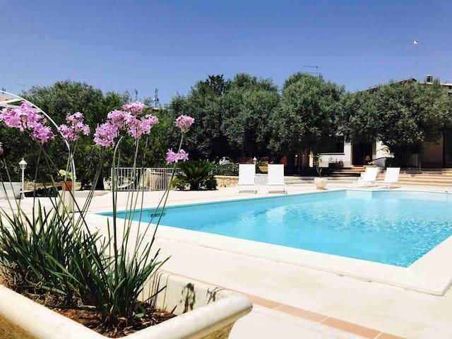 Villa con piscina privata e ampi spazi verdi