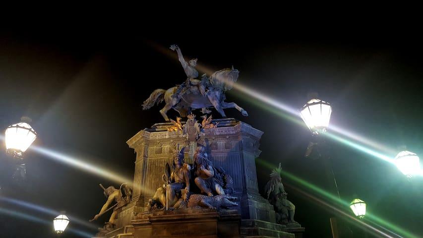 A noite na Praça Tiradentes também vale ser conhecida, de quinta a sábado. Na foto, a estátua equestre de Pedro I.