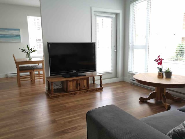 Modern Apartment in Metrotown w/ Large Balcony