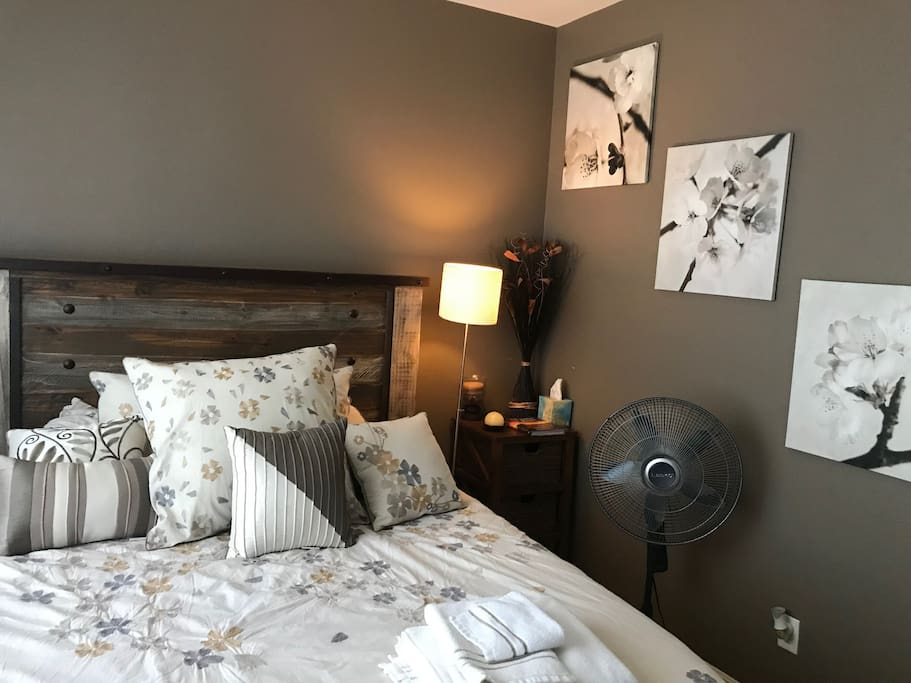 Private bedroom - Queen bed.