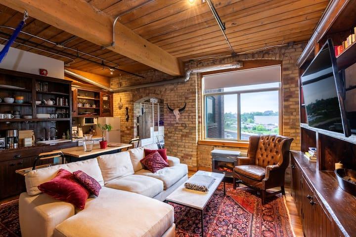 Cozy, Gorgeous Hard Loft - Queen Street West!