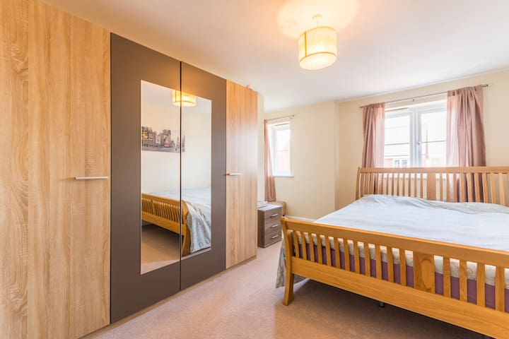 Super King Ensuite Master Bedroom Free WiFi & Park - Birmingham - Talo