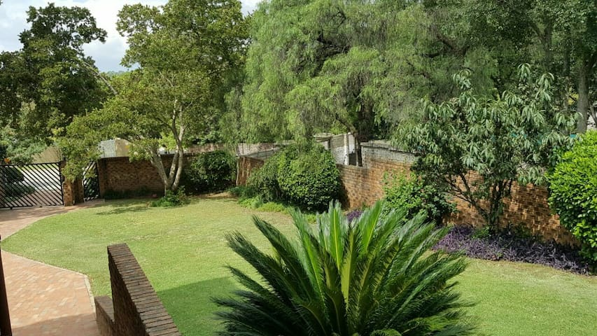 JEDS- Joburg lovely guest house cottage with pool - Sandton - Chalet