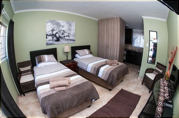 Stylish & Clean Self-Catering Unit - Benoni