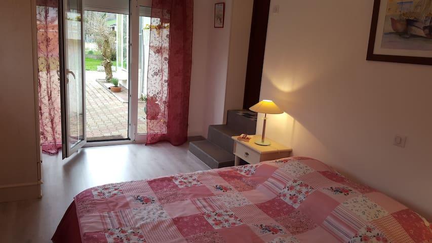 La chambre 1 et son lit queen-size, très lumineuse avec sa porte fenêtre donnant sur la terrasse