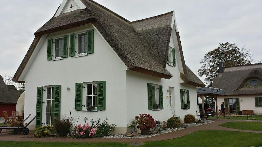 Schwankes Ferienhaus Seeadler***** - Ummanz - Casa