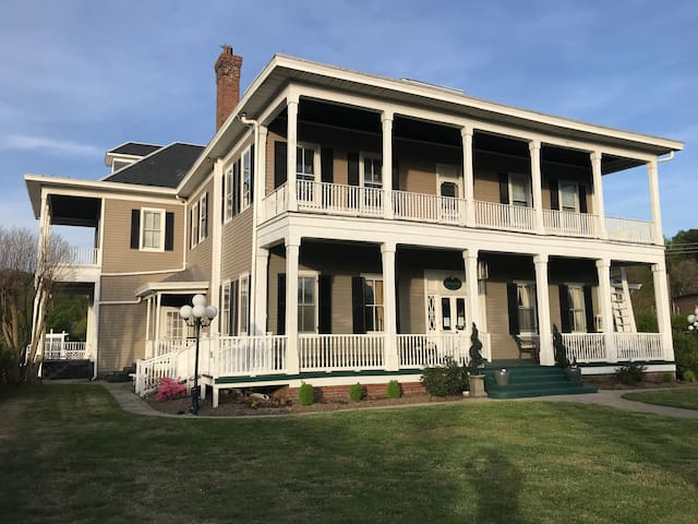 Historic Boxwood Inn, 5 miles from Williamsburg VA