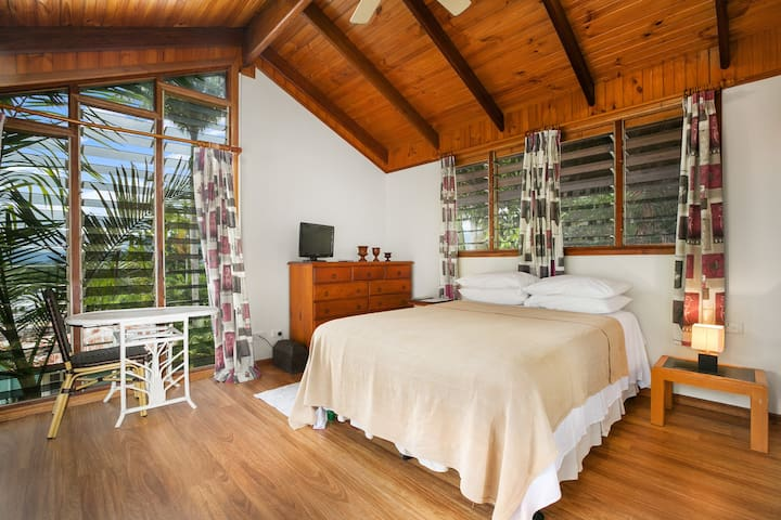 Tropical Treehouse Guest Suite - Edge Hill - Dom
