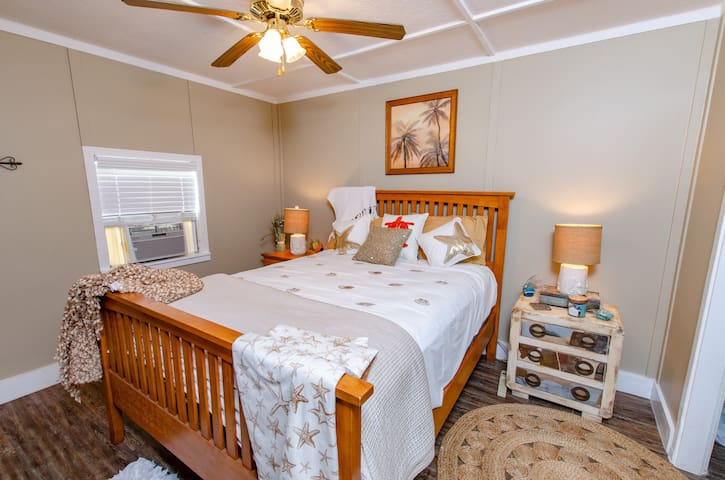 2nd Bedroom with private queen bed