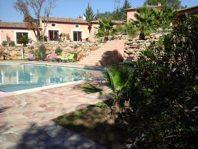 BELLE CHAMBRE HOTE AU MAS DES LYS - Roquebrune-sur-Argens - Gästehaus