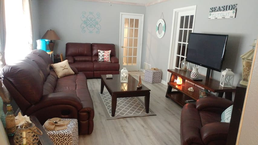 Common living room area. For yoga lovers there is a yoga mat for use in this room.