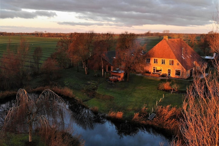 Ravishing Holiday Home in Giethoorn next to the scenic pond