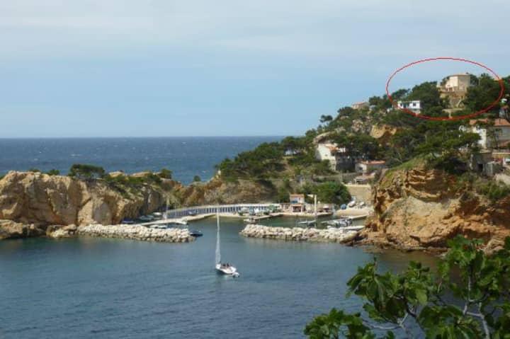 Villa dans les calanques au bord de la mer