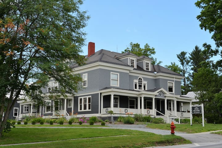 Berkshire Room - The 1906 House Bed and Breakfast