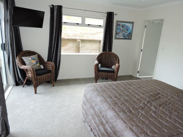 Tui Room King Bed En-Suite Deck - Kinleith