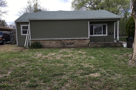 Quiet, 2 bedroom home in Indian Hills - Wichita