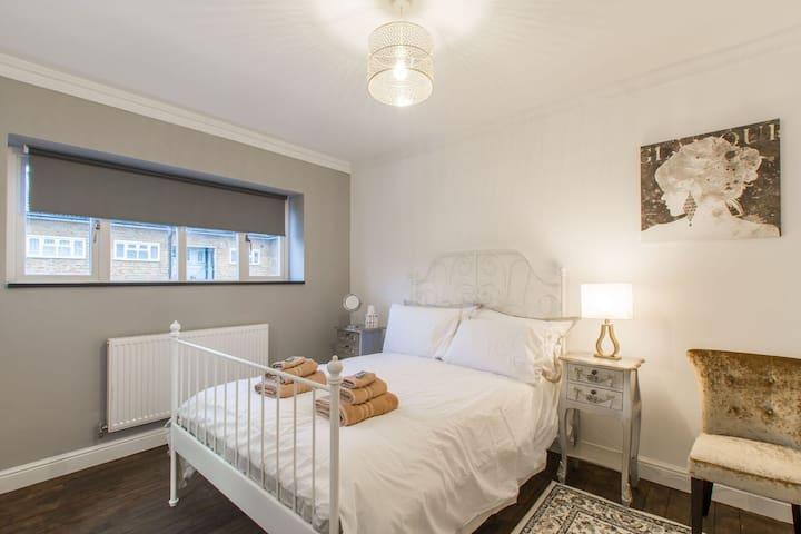Stylish London 5 double bed flat 2 mins to Metro