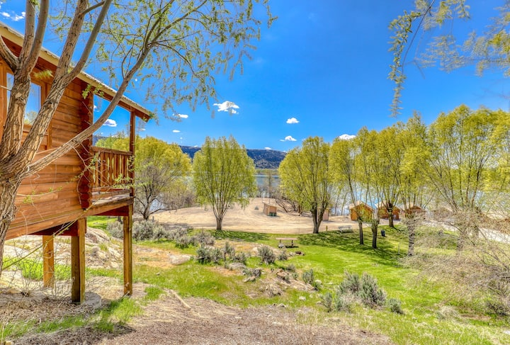 Simple, dry cabin w/ breathtaking views of the lake plus shared amenities!