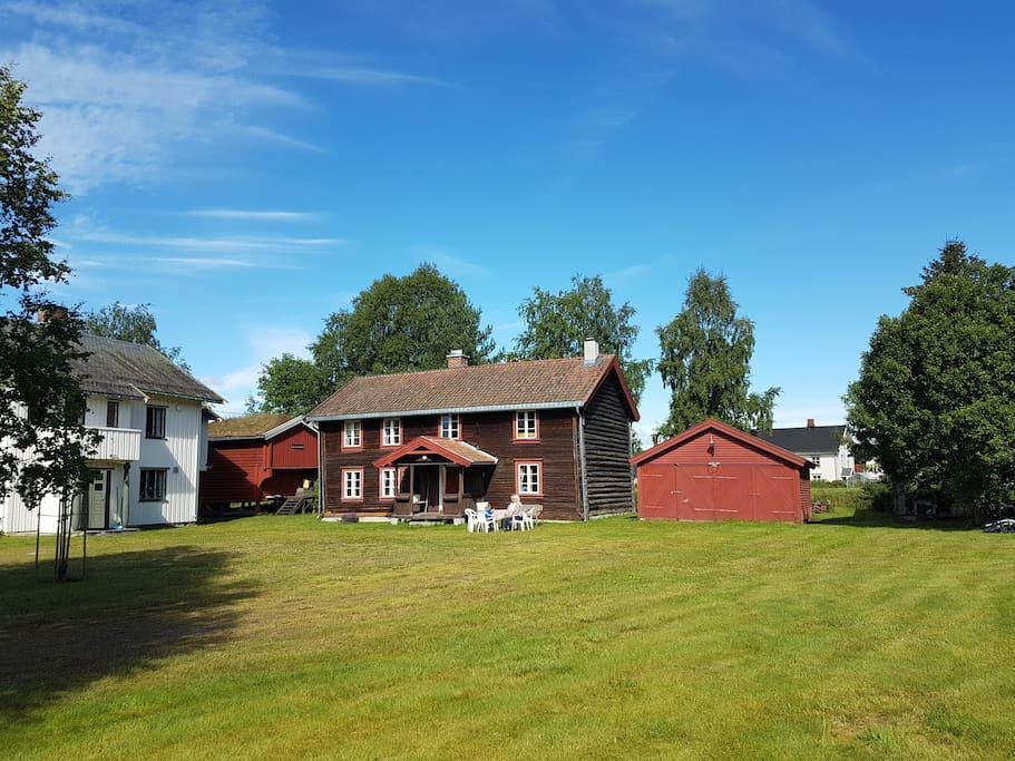 Husene på tunet. The houses at the farm