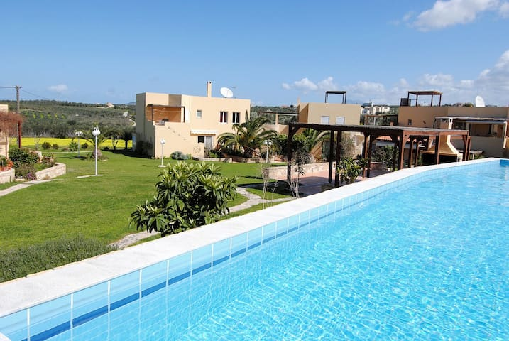 Charming Garden & Pool View Apartment in Rethymno