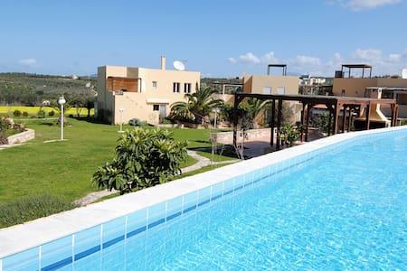 Charming Garden View Apartment in Rethymno Creta - Loutra - Hus