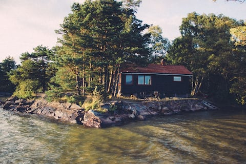 Peaceful lake cottage with sauna and boat