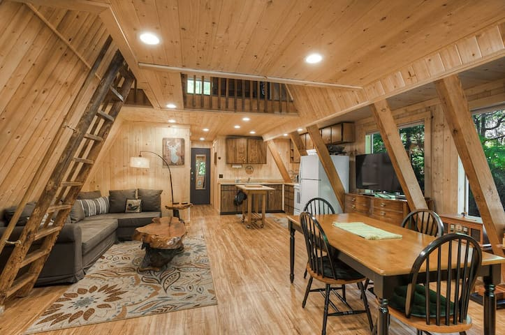 Mountain A-frame just minutes to ski area & hikes w hot tub, spacious yard