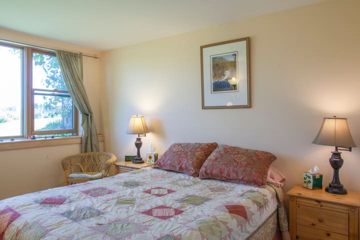 Peaceful B&B close to town - Peach Room