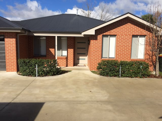 Modern Townhouse - Central Location - Bathurst - Adosado