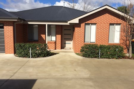 Modern Townhouse - Central Location - Bathurst
